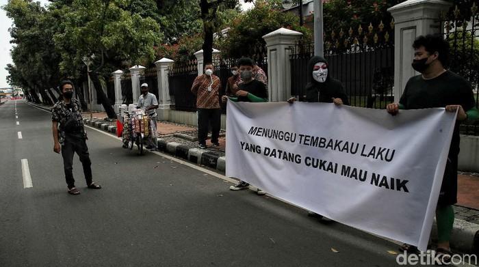 Massa yang tergabung dalam Asosiasi Petani Tembakau Indonesia gelar aksi unjuk rasa di Jakarta. Mereka menolak rencana kenaikan harga cukai rokok.