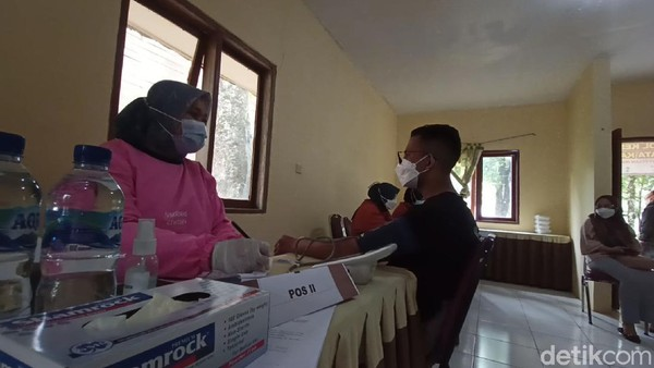 Ansor mengaku jadi tidak khawatir diputarbalik karena belum divaksin. Wisatawan nampak antusias dengan disediakannya fasilitas vaksin di tempat wisata.