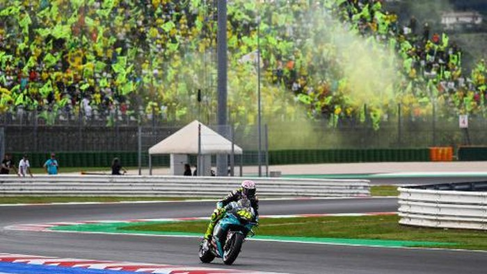 Yamaha-SRT Italian rider Valentino Rossi rides past his fans as he goes to take the start of the San Marino MotoGP Grand Prix at the Misano World Circuit Marco-Simoncelli on September 19, 2021 in Misano Adriatico, Italy. (Photo by ANDREAS SOLARO / AFP)