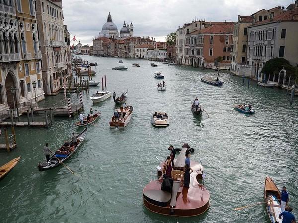 Dari atas biola terdengar suara alunan musik klasik dari musisi. (AFP)