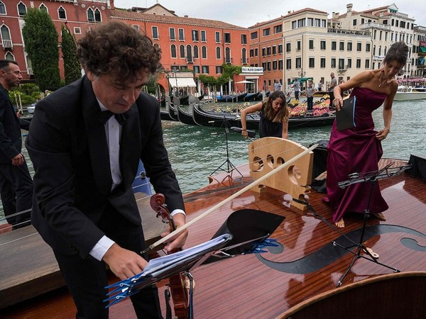 Di rancang khusus oleh pematung Vanesia Livio De Marchi, perahu biola ini mengapung dengan sangat anggun. (AFP)