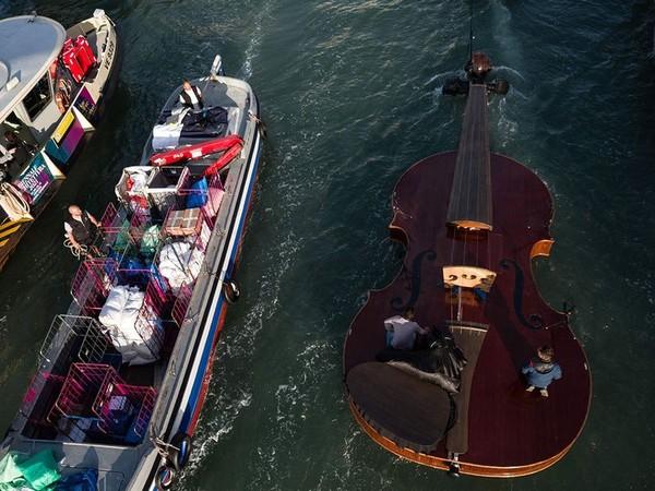 Wisatawan yang berada di kanal dan restoran setempat terhibur dengan pertunjukkan ini. (AFP)