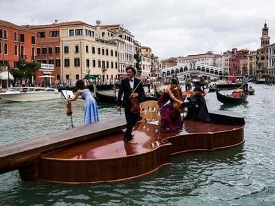 Foto: Biola Nuh Berlayar di Venesia