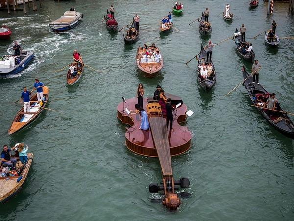 Perahu biola raksasa bernama Violin of Noah berlayar di Grand Canal kota. (AFP)