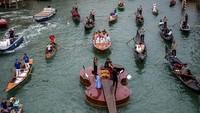 Ketika Biola Raksasa Mengapung di Venesia