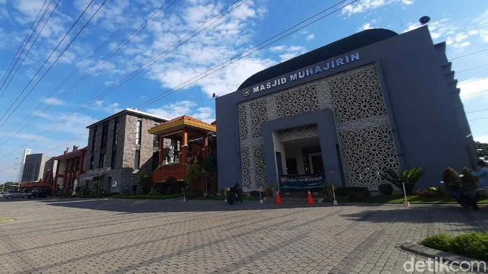 Toleransi antar umat agama bukanlah suatu keniscayaan. Terbukti, sebanyak 6 rumah ibadah di Surabaya berdiri saling berdampingan.