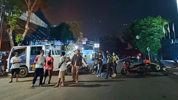 Ada toko swalayan terbakar di Jl Cilandak KKO, jalan raya di depan toko ditutup.
