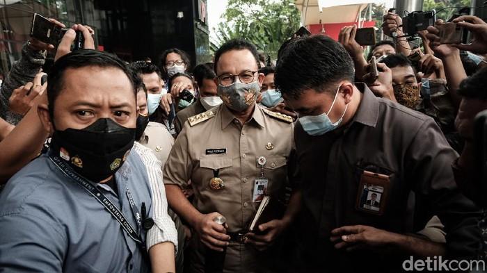 Gubernur DKI Jakarta Anies Baswedan selesai diperiksa KPK sebagai saksi dalam kasus dugaan pengadaan lahan. Sejumlah massa pun muncul menggelar aksi menuntut Anies diproses hukum.