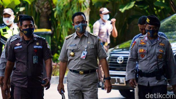 Gubernur DKI Anies Baswedan memenuhi panggilan KPK sebagai saksi di kasus dugaan pengadaan lahan di Munjul, Jakarta Timur. Anies sempat mengacungkan jempol sebelum diperiksa sebagai saksi.