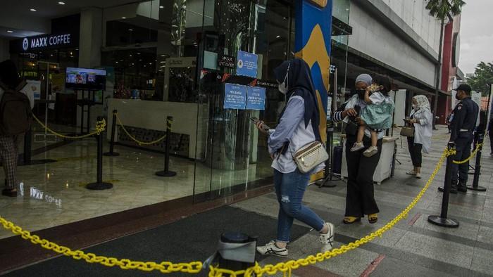 Pengunjung mengajak anaknya saat berkunjung ke pusat perbelanjaan Bandung Indah Plaza, Bandung, Jawa Barat, Selasa (21/9/2021). Pemerintah Indonesia kembali menerapkan penyesuaian PPKM level 3 dan level 2 pandemi COVID-19 dengan memperbolehkan anak di bawah usia 12 tahun untuk masuk mal dengan pendampingan orang tua dan penerapan protokol kesehatan yang ketat. ANTARA FOTO/Novrian Arbi/wsj.