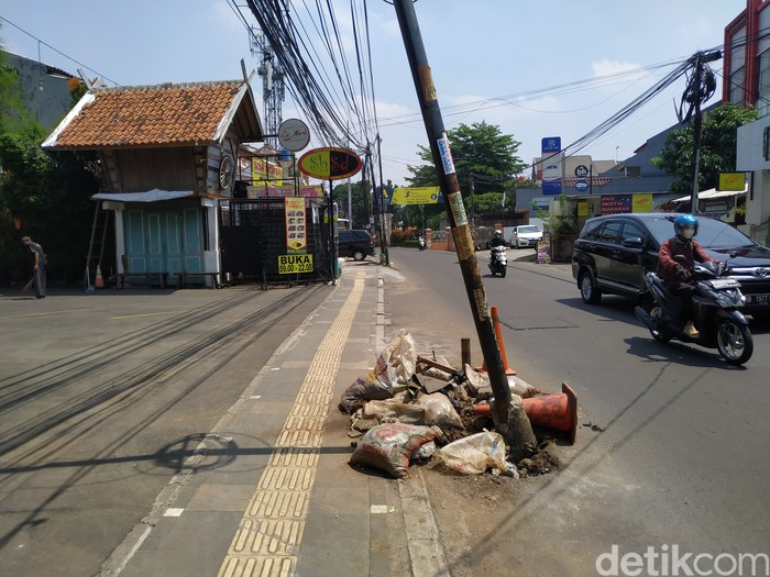Awas! Ada tiang miring di Jl WR Supratman, Ciputat Timur, Tangsel. 21 September 2021. (Athika Rahma/detikcom)