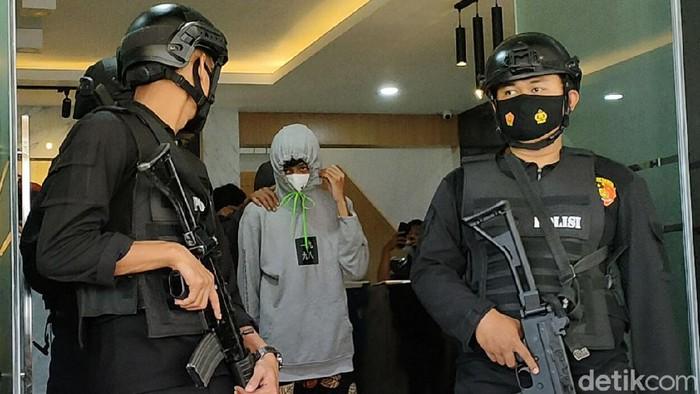 Belasan bocah di Garut diamankan polisi saat membeli obat terlarang. Mereka sedianya akan melakukan pesta makan obat bareng.