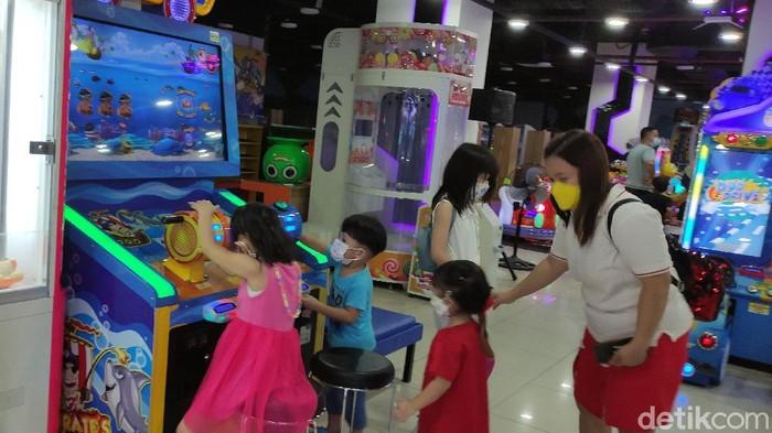 Foto suasana anak-anak di Mall Ciputra, Semarang, Selasa (21/9/2021).