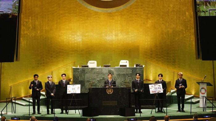 BTS menghadiri acara UNGA di Markas Besar PBB. Dalam acara itu mereka menyampaikan pidato tentang pandemi COVID-19, vaksin, perubahan iklim, dan generasi saat ini.