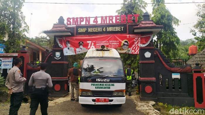 SMPN 4 Mrebet, Purbalingga, Jawa Tengah, telah melakukan PTM meski belum mendapat izin dari Satgas COVID-19. Akibatnya sebanyak 90 siswa terpapar COVID-19.