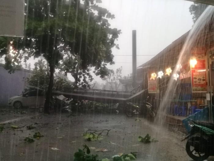 Hujan Angin di Depok: Hujan Es, Pohon Tumbang, Reklame Roboh