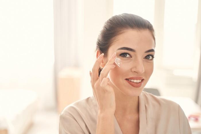 Ilustrasi wanita pakai skincare atau perawatan kulit