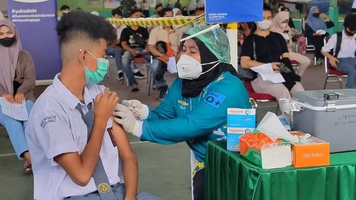 Danone Indonesia bersama Kementerian Pendidikan, Kebudayaan, Riset, dan Teknologi menggelar Sentra Vaksinasi Generasi Maju di Jambi.
