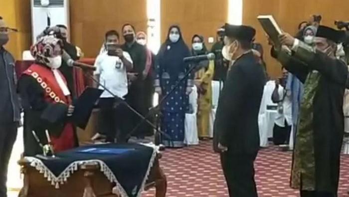 Ketua PN Siak mengambil sumpah Indra Gunawan sebagai Ketua DPRD Siak (ANTARA/Bayu Agustari Adha)