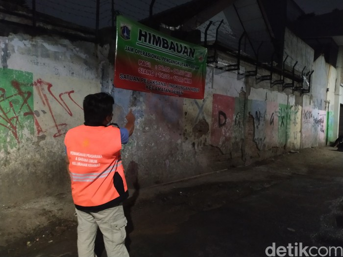 Kondisi Jl Kenanga, Kelurahan Kramat, sudah bebas dari sampah di malam ini, 21 September 2021. (Athika Rahma/detikcom)