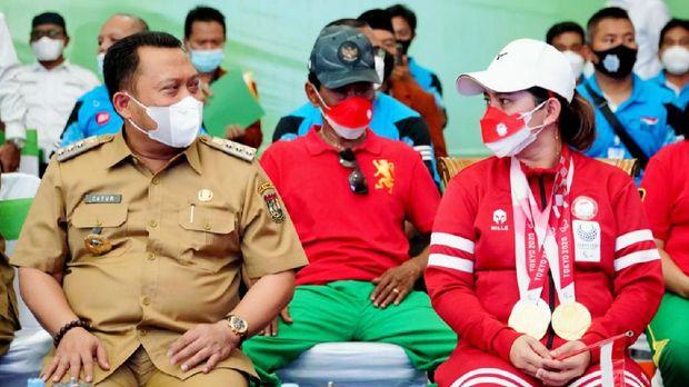 Bupati Kampar Catur Sugeng memberi bonus buat Leani Ratri Oktila, sekaligus berjanji membuatkan GOR untuknya.