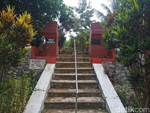 Selain keindahan alam dan durian, Kecamatan Wonosalan, Jombang juga mempunyai destinasi wisata religi. Yaitu Makam Pangeran Benowo, pewaris tahta kesultanan Pajang, Jateng.