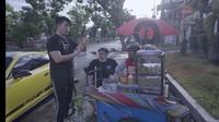Mantap! Crazy Rich Surabaya Borong Pentol Se-gerobak