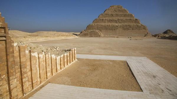 Namun, firaun sebenarnya tidak dimakamkan di sana tetapi di Piramida Langkah yang terkenal di dekatnya. Kedua struktur tersebut merupakan bagian dari kompleks Saqqara dekat Kairo, salah satu situs arkeologi terkaya di Mesir.
