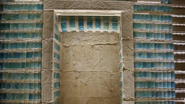 Struktur pemakaman ini sebagian besar berada di bawah tanah dan mencakup labirin koridor dan dihiasi dengan ukiran dan ubin hieroglif.