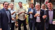 Dilarang Masuk Restoran Gegara Tak Vaksin, Presiden Brasil Makan di Trotoar