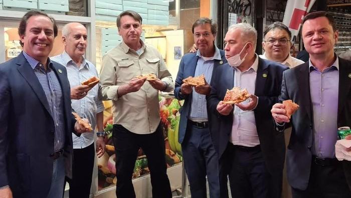 Momen Bolsonaro makan pizza di trotoar New York (Instagram/@gilsonmachadoneto)