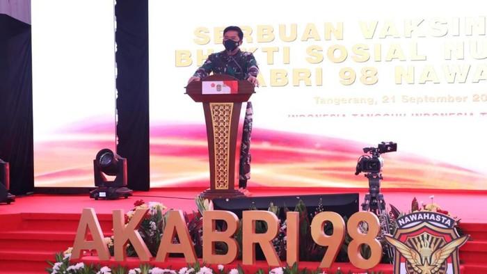 Panglima TNI Marsekal Hadi Tjahjanto meninjau kegiatan vaksinasi COVID-19