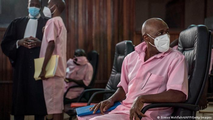 Paul Rusesabagina (ka.) bersama 19 terdakwa lain dalam pengadilan di Kigali, Rwanda, (18/2). (Simon Wohlfahrt/AFP/Getty Images)