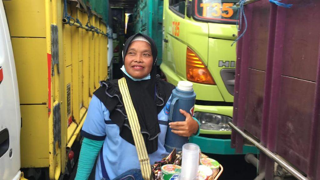 Tangguh! Wanita Pedagang Asongan Ini Naik-Turun Kapal Demi Anak Cucu
