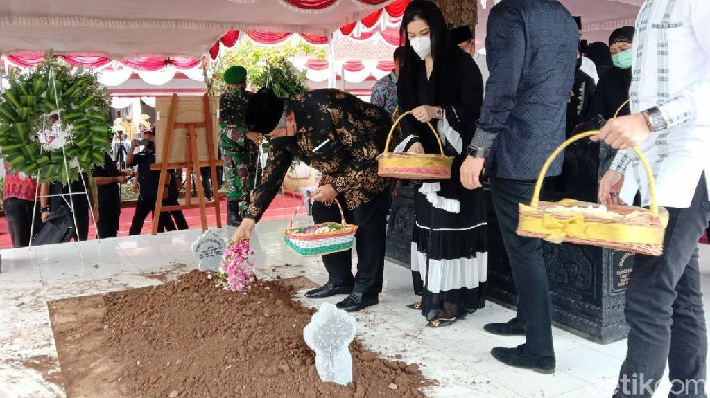 Sambutan SBY di Pemakaman Ibu Mertua: We Will Always Remember