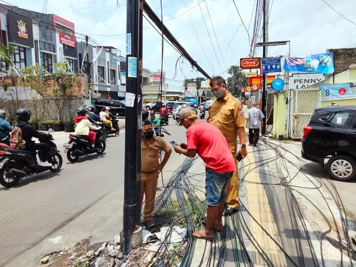 Pemotongan tiang dan kabel di Jl WR Supratman oleh Dinas PU Tangsel, 21 September 2021. (Dok Dinas PU Tangsel)