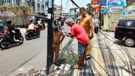 Dinas PU Tangsel Potong Tiang dan Kabel Makan Jalan di Ciputat Timur!