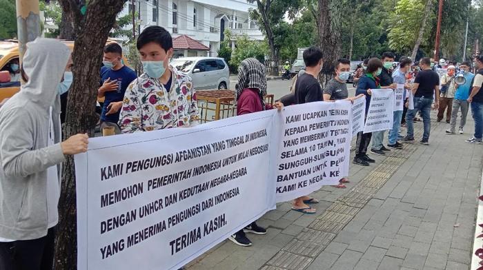 Pengungsi Afghanistan di Medan gelar demo di depan Kantor Gubsu (Ahmad Arfah-detikcom)