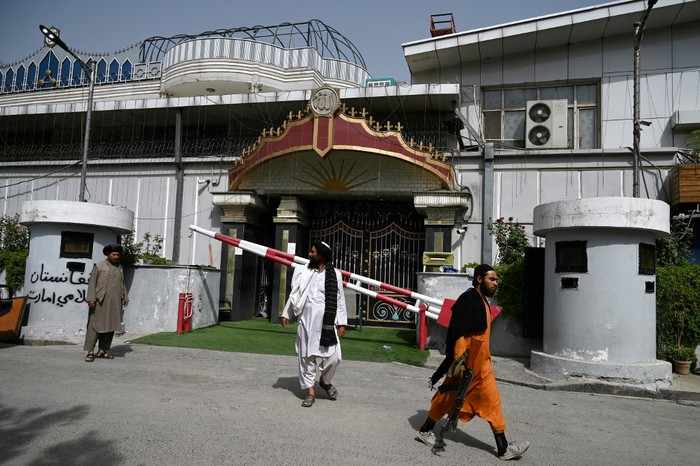 Bagian depan rumah eks wapres Afghanistan Abdul Rashid Dostum yang kini diduduki Taliban. (Foto: AFP/WAKIL KOHSAR)