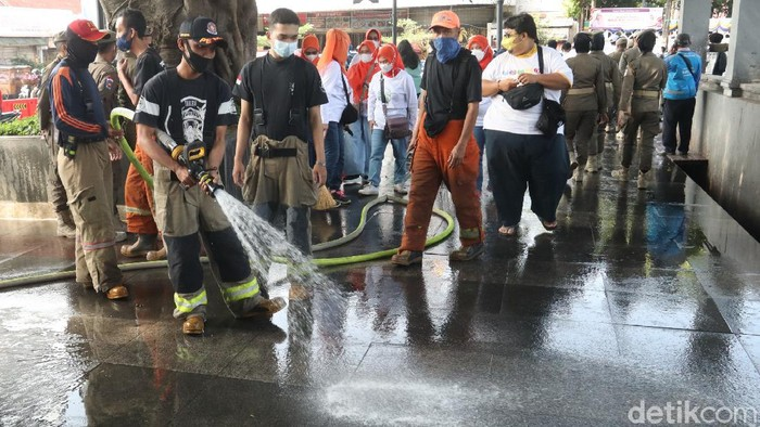 Sambut Hari Jadi Kota Bandung, warga gotong royong bersihkan jalan