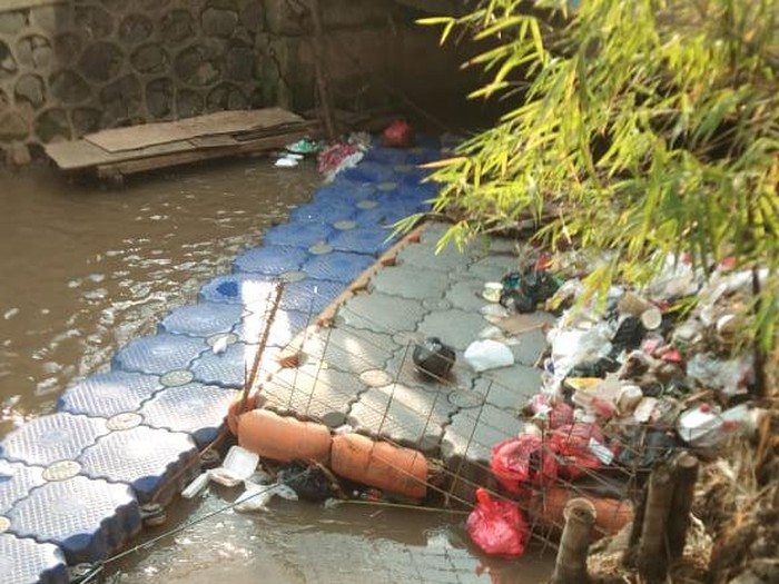 Sampah di kolong jembatan kali dekat Kantor Kelurahan Rawa Bunga, Jaktim, 21 September, sore. (Rafiq Rizqullah via Pasangmata)