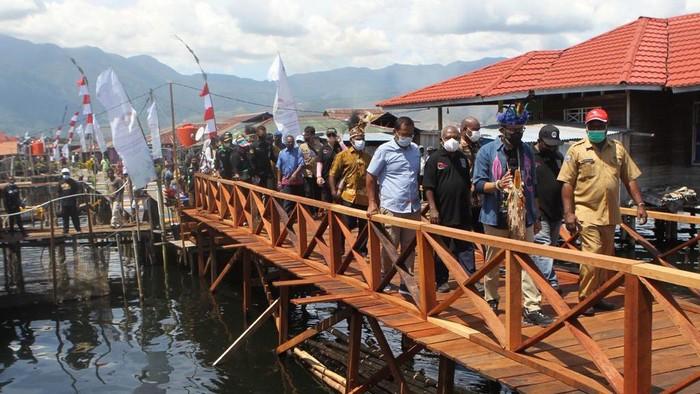 Kemenparekraf Sandiaga Uno menjadi menteri pertama yang mengunjungi Kampung Yoboi, Sentani, Jayapura. Ini foto-fotonya!