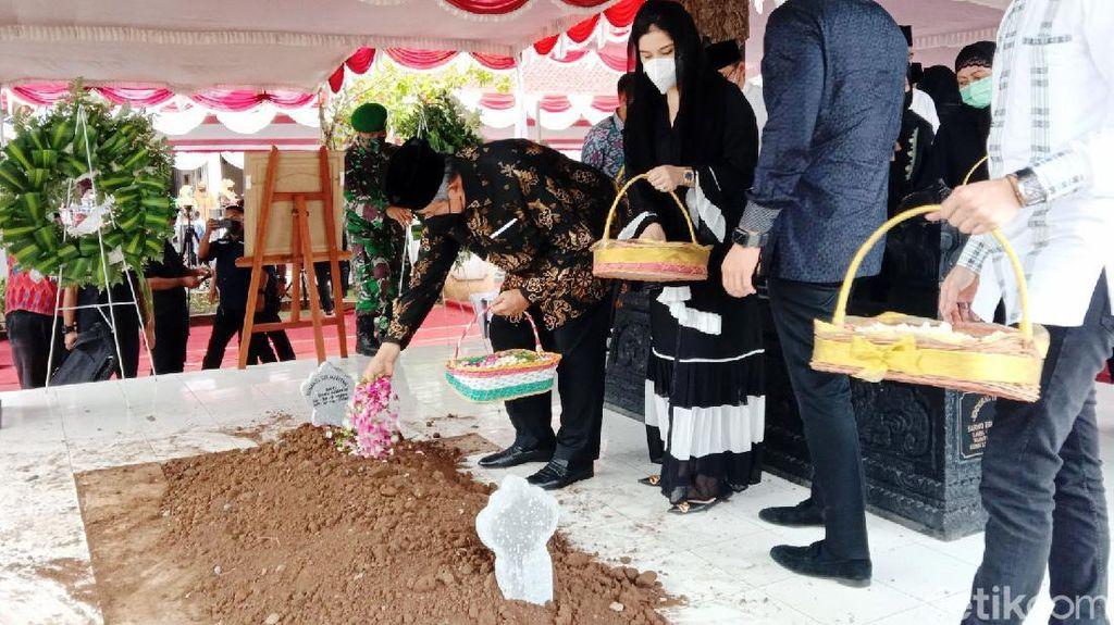 SBY Hadiri Pemakaman Ibu Mertua di Purworejo