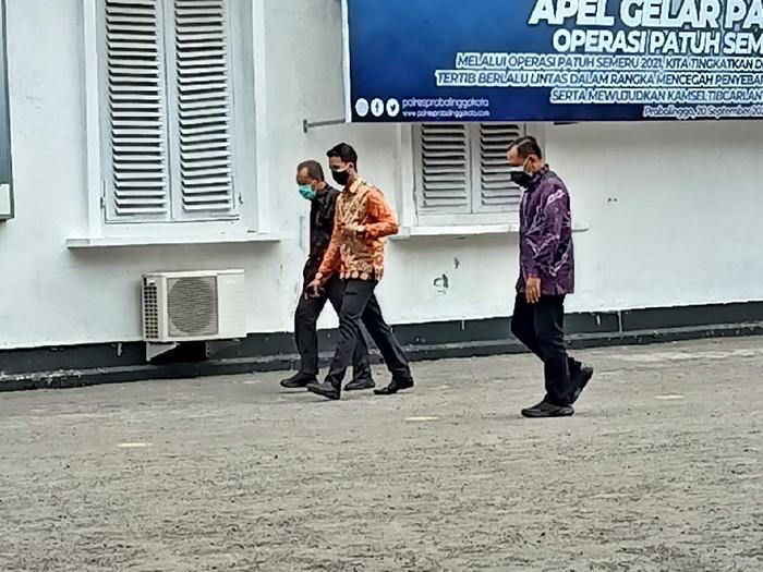 Sekda Pemkab Probolinggo Soeparwiyono dan Kepala BKD Hudan Syarifuddin kembali diperiksa penyidik KPK