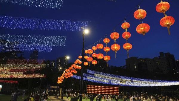 Dekorasi lampion dan warna-warni lampu membuat para pengunjung langsung menyemut.