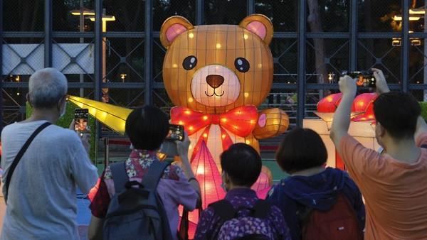 Tak hanya lampion, sejumlah instalasi seperti boneka menyala juga menjadi perhatian pengunjung.