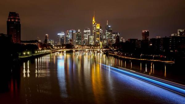 Tak hanya bulan purnama, lansekap keindahan Jerman juga terlihat dari warna-warni lampu yang menghiasi kota Frankfurt.