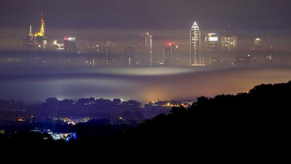 Selain itu, kabut tipis yang menyelimuti kota pun terlihat sangat dramatis.