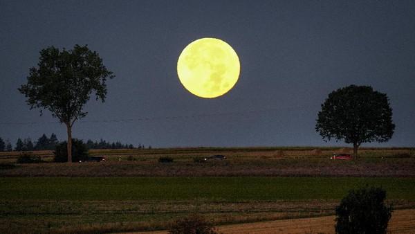 Seperti ini keindahan bulan purnama saat dini hari di kawasan Taunus, Wehrheim, Jerman.