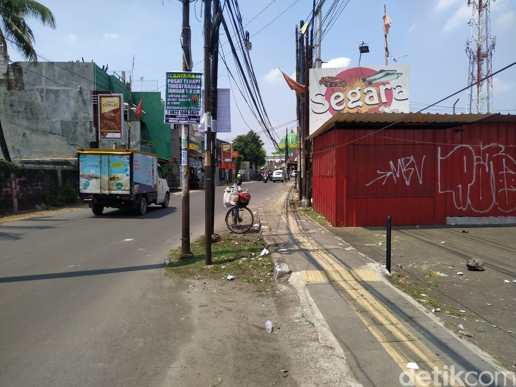 Tiang-tiang masih berdiri di Jl WR Supratman Tangsel, meski deadline lewat sehari. 21 September 2021. (Athika Rahma/detikcom)